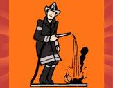 Pompier qui éteint le feu