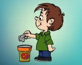 Enfant reciclant papier