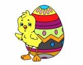 Poussin sympathique avec oeuf de Pâques